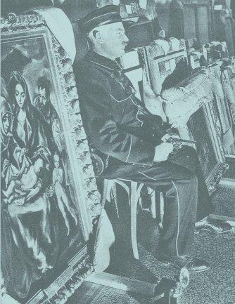 """Funcionario de Ginebra guarda La sagrada familia de El Greco. Imagen reproducida en """"El Museo del Prado en Ginebra"""", artículo de Luis G. de Candamo publicado en la revista Mundo Hispánico, nº 65, 1954"""