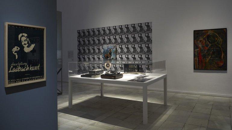 Vista de sala de la exposición NSK del Kapital al Capital. Neue Slowenische Kunst. Un hito de la década final de Yugoslavia