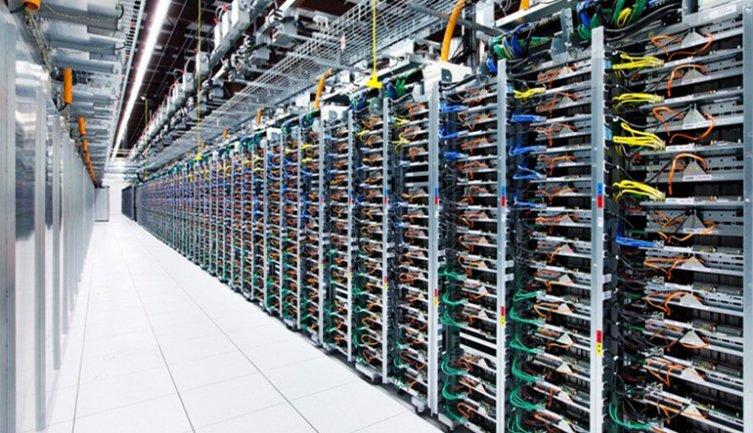 Granja de servidores de Google dedicada al almacenamiento del Big Data. Fotografía, 2016