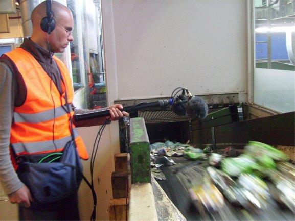 imagen de Eric La Casa grabado audio en una planta de reciclaje