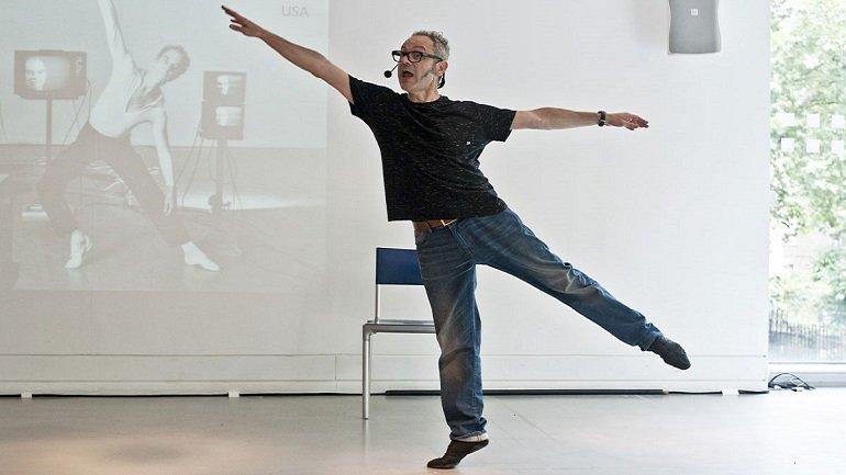 Toni Jodar en una de sus conferencias performativas sobre danza moderna y contemporánea. Fotografía: Pau Ros