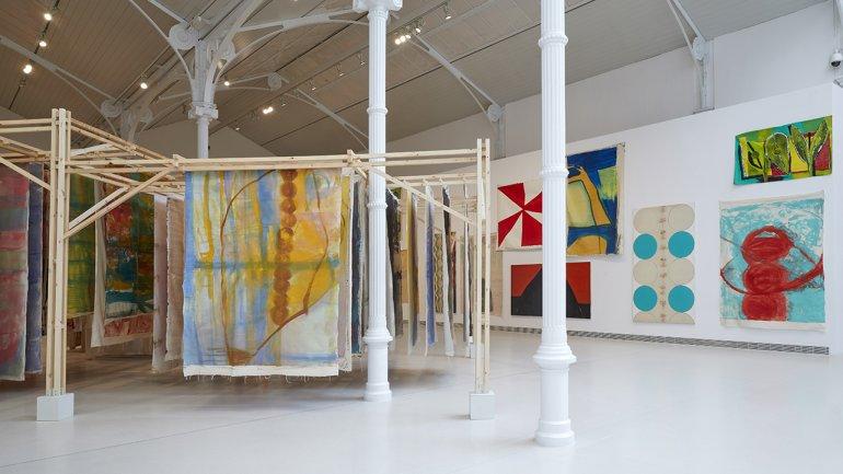 Vista de la exposición Vivian Suter, 2021