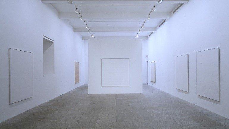 Vista de sala de la exposición. Agnes Martin, 1993