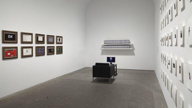 Vista de sala de la exposición. Daniel G. Andújar. Sistema operativo, 2015