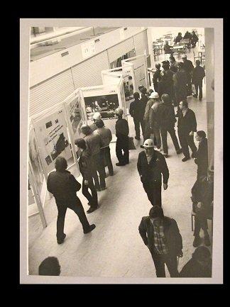 [Fotógrafo no identificado]. Vista de la exposición Arbeiterfotografen Hamburg, s/f. Fotografía b/n, 18 x 24 cm. Donación de Dieter Mielke. Centro de Documentación y Biblioteca, Museo Nacional Centro de Arte Reina Sofía