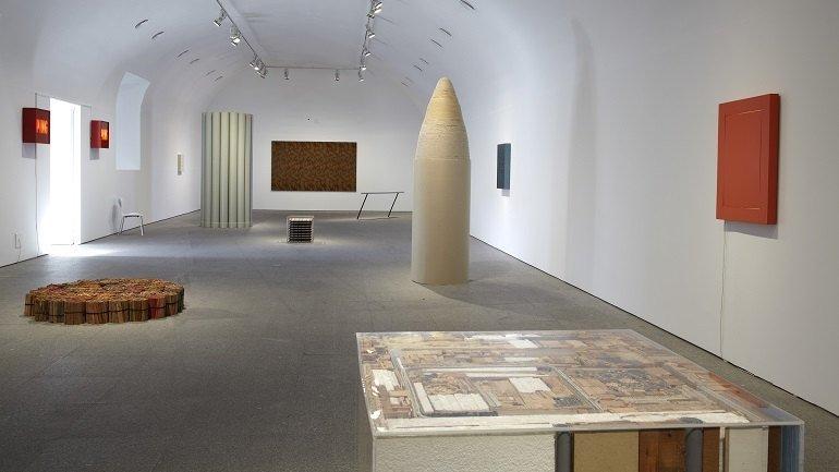 Vista de sala de la exposición. alighiero boetti. Estrategia de juego , 2011