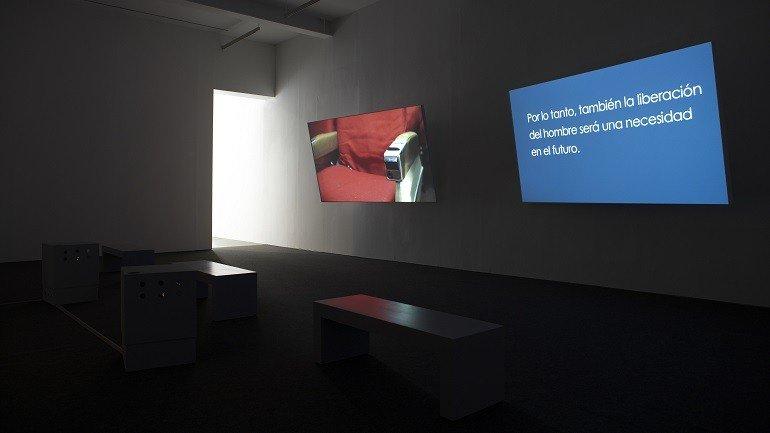 Vista de sala de la exposición. Matthew Buckingham. Representantes del tiempo, 2009