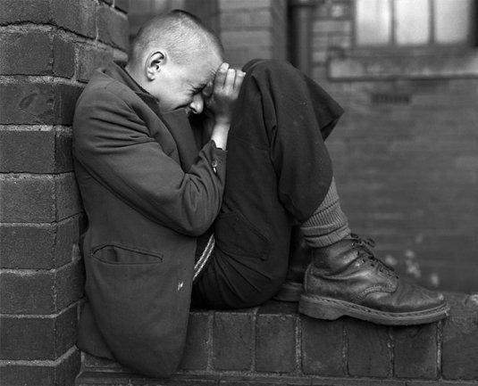 Chris Killip. Joven en un muro, Jarrow, Tyneside, 1976. Cortesía Museum Folkwang, Essen © Chris Killip