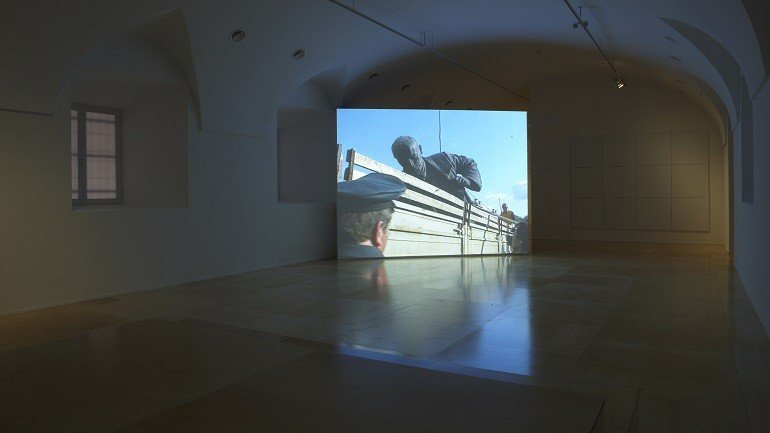 Vista de sala de la exposición. Deimantas Narkevičius. La vida unánime, 2008
