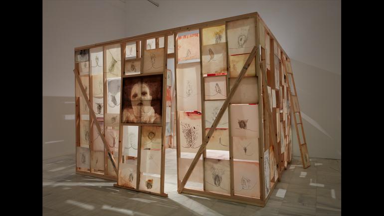 Vista de la exposición Ida Applebroog. Marginalias , 2021