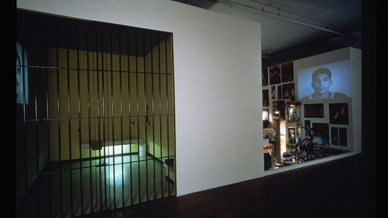 Vista de sala de la exposición. Pepón Osorio. Medalla de Honor y otras historias, 1998