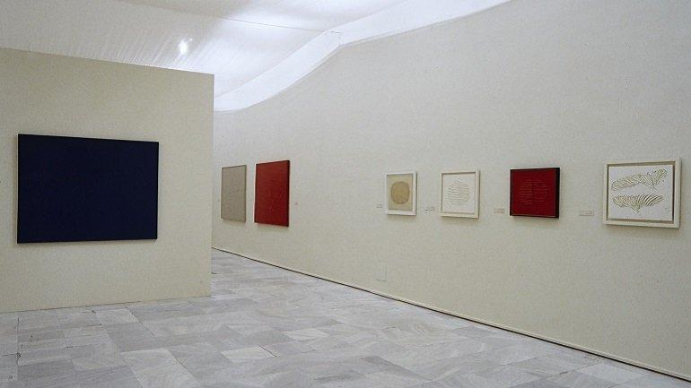 Vista de sala de la exposición. Gerardo Rueda. Retrospectiva, 1941-1996, 2001