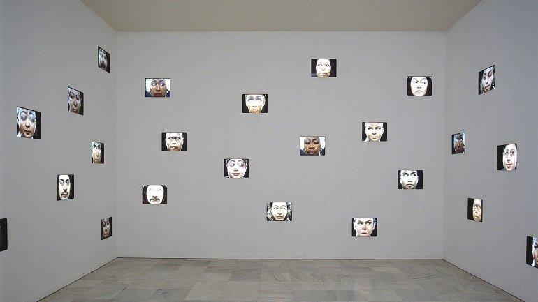 Vista de sala de la exposición. Pierrick Sorin. Los mirones, 1999
