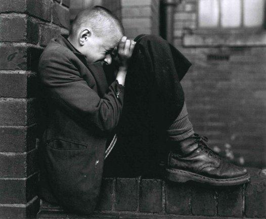 Chris Killip, Youth on Wall, Jarrow, Tyneside. Serie: North East, 1976. Copia al bromuro y gelatina de plata. Vintage. 43,4 x 52,7 cm. © Chris Killip
