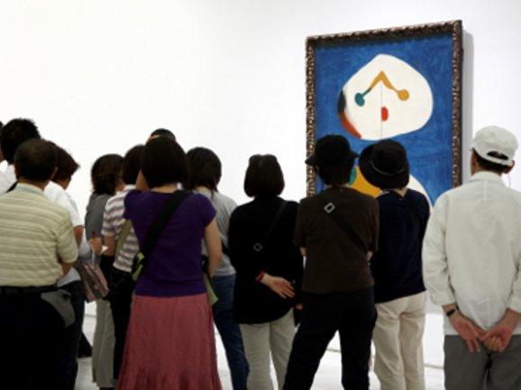 Visitantes en una de las salas de la Colección
