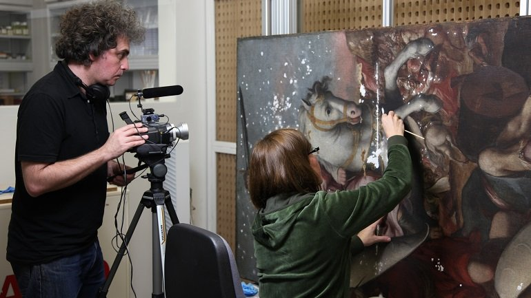 Marcelo Expósito filmando en el taller de Restauración