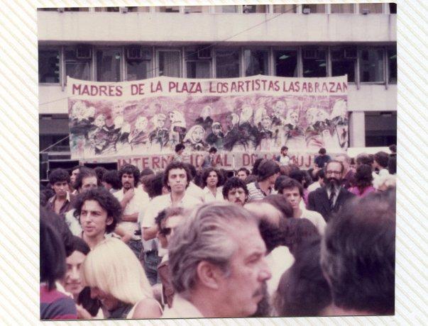 """Pancarta """"Madres de la Plaza los artistas las abrazan"""". Buenos Aires (8/3/1984). Derechos Humanos // Archivo en uso"""