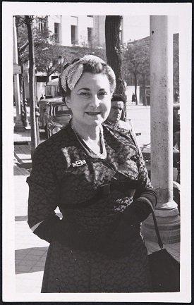 Juana Mordó paseando en la calle (1955). Archivo de la Galería Juana Mordó. Centro de Documentación