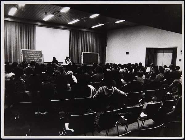 Simón Marchán con Wolf Vostell en el Ciclo Nuevos Comportamientos Artísticos (1974). Archivo Marchán/Quevedo. Centro de Documentación