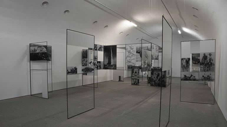 Vista de la instalación Man, Machine & Motion en las salas del museo