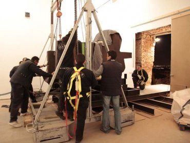 Movimiento interno de la escultura Toki Egin de Chillida