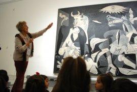 Una de las voluntarias culturales del museo con un grupo de educación infantil. Museo Reina Sofía, 2007